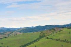 Inclini lo spostamento delle colline toscane di panorama verde su un landsca del giorno soleggiato immagini stock