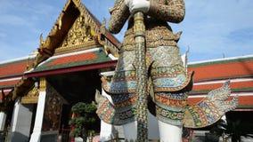 Inclini su dello XVIII secolo sviluppato, sito di Wat Phra Kaew del tempio antico del patrimonio mondiale di UNESKO a Bangkok, Ta video d archivio