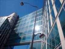 Inclini-in su su una costruzione dell'vetro-e-acciaio Immagini Stock