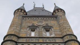Inclini sul colpo, torre del castello medievale, le finestre, pale, nel giorno di estate archivi video