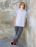 Inclinzione teenager sulla parete Immagine Stock