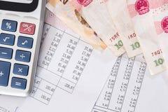 Inclua no or?amento o texto com calculadora, yuan e pena na mesa imagem de stock royalty free