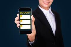 Inclua no orçamento o conceito de aplanamento, orçamento feliz do texto de Show da mulher de negócios sobre fotos de stock