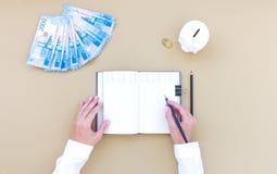 Inclua no orçamento o planeamento, caderno, dinheiro, mealheiro, vista superior, na tabela foto de stock royalty free