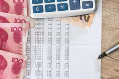 Inclua no orçamento o texto com calculadora, yuan e pena foto de stock