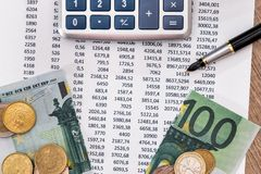 Inclua no orçamento o texto com os 100 euro rasgados, pena da calculadora Foto de Stock Royalty Free