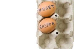 Inclua no orçamento ovos de Easter na bandeja de papel isolada Imagem de Stock