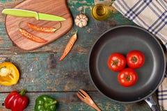 Inclua vegetais e o frigideira orgânicos frescos no assoalho de madeira fotos de stock royalty free