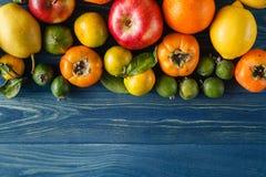 Inclua vegetais orgânicos frescos no assoalho de madeira branco com cópia imagem de stock