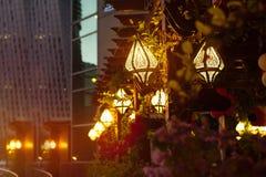 Inclus dans les lumières de la rue de ville de nuit photo stock