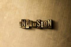 INCLUSION - plan rapproché de mot composé par vintage sale sur le contexte en métal Photographie stock libre de droits