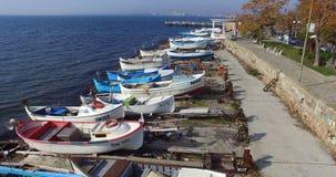 Incluso filas del viejo estacionamiento de la pesca en el terraplén de Pomorie en Bulgaria Foto de archivo libre de regalías