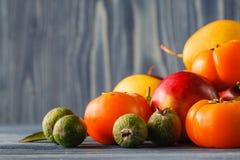 Incluya las verduras orgánicas frescas en el piso de madera blanco con la copia Fotografía de archivo libre de regalías