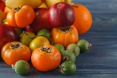 Incluya las verduras orgánicas frescas en el piso de madera blanco con la copia Fotos de archivo libres de regalías