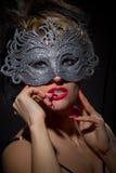 In incognito donna nella maschera antica di stile fotografia stock libera da diritti