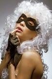 In incognito donna in parrucca e nella mascherina antiche immagine stock libera da diritti