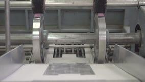 Incollatura della pellicola di polietilene alla scatola video d archivio