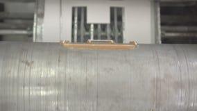 Incollatura della pellicola di polietilene alla scatola stock footage