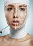 Incomodando a mulher que obtém a injeção do silicone em seus bordos fotos de stock royalty free