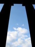 Incompleto. Columnas y cielo Imagen de archivo libre de regalías
