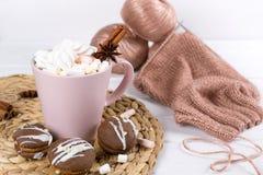 Incompleto lavori all'uncinetto il progetto, il maglione caldo dell'inverno con la tazza di cioccolata calda e le caramelle gommo fotografia stock libera da diritti