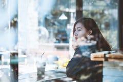 Inconformista adolescente de Asia en el pensamiento solamente en el café Fotografía de archivo libre de regalías