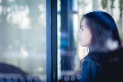 Inconformista adolescente en el pensamiento solamente en el café Mujer de la parte trasera en sentarse Fotos de archivo libres de regalías