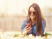 Inconformista adolescente joven al aire libre usando el teléfono móvil Imagenes de archivo