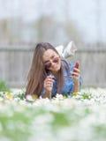 Inconformista adolescente joven en un ambiente idílico natural Fotografía de archivo libre de regalías