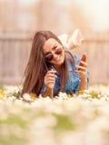 Inconformista adolescente joven en un ambiente idílico natural Fotos de archivo