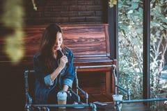 Inconformista adolescente que come la comida en café El sentarse solamente en restaurante Fotografía de archivo libre de regalías