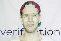 Inconformista barbudo joven en una exploración biométrica de la cara del casquillo del snapback aislado foto de archivo