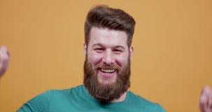 Inconformista barbudo joven que ríe y que muestra una cara divertida metrajes