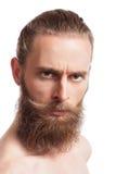 Inconformista barbudo que mira la cámara en el fondo blanco Imagenes de archivo