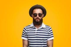 Inconformista barbudo serio en sombrero imagen de archivo libre de regalías