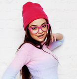 Inconformista bastante joven del adolescente en los vidrios rosados y la sonrisa feliz de presentación emocional del sombrero, co Fotografía de archivo