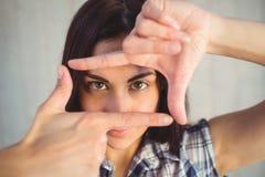 Inconformista bonito que enmarca con las manos Foto de archivo libre de regalías