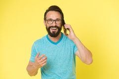 Inconformista caucásico brutal con el bigote Conversación feliz Negocios Hombre barbudo que habla en el teléfono vida moderna con foto de archivo libre de regalías