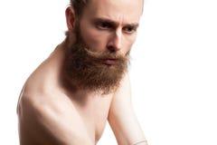 Inconformista con la barba larga en el fondo blanco Imagen de archivo