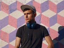 Inconformista confiado en auriculares Imagen de archivo libre de regalías