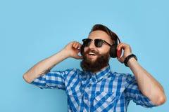 Inconformista contento en auriculares Foto de archivo libre de regalías