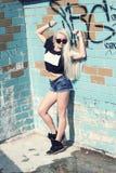 Inconformista de la muchacha de la moda en gafas de sol Foto de archivo