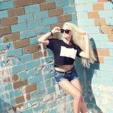 Inconformista de la muchacha de la moda en gafas de sol Fotos de archivo libres de regalías