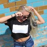 Inconformista de la muchacha de la moda en gafas de sol Imágenes de archivo libres de regalías