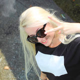 Inconformista de la muchacha de la moda en gafas de sol Fotografía de archivo