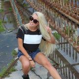 Inconformista de la muchacha de la moda en gafas de sol Imagenes de archivo
