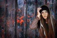 Inconformista de la muchacha del adolescente en fondo oxidado de la cerca Imagenes de archivo
