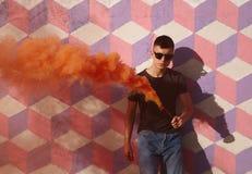 Inconformista de moda que presenta con humo coloreado Foto de archivo