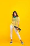 Inconformista de moda que presenta con longboard Foto de archivo libre de regalías