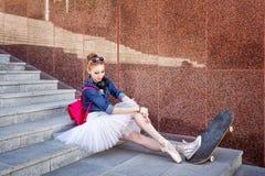 Inconformista del bailarín que se sienta en las escaleras Foto de archivo